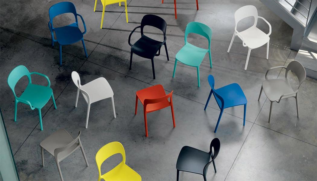 Sedie Di Plastica Colorate.Sedie In Plastica Colorate Per Vivacizzare L Ambiente